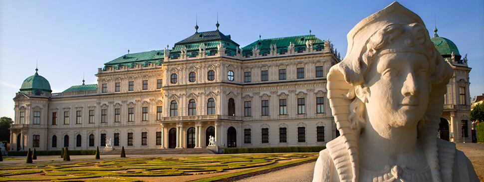Zehn Sphingen im Park des Wiener Belvedere