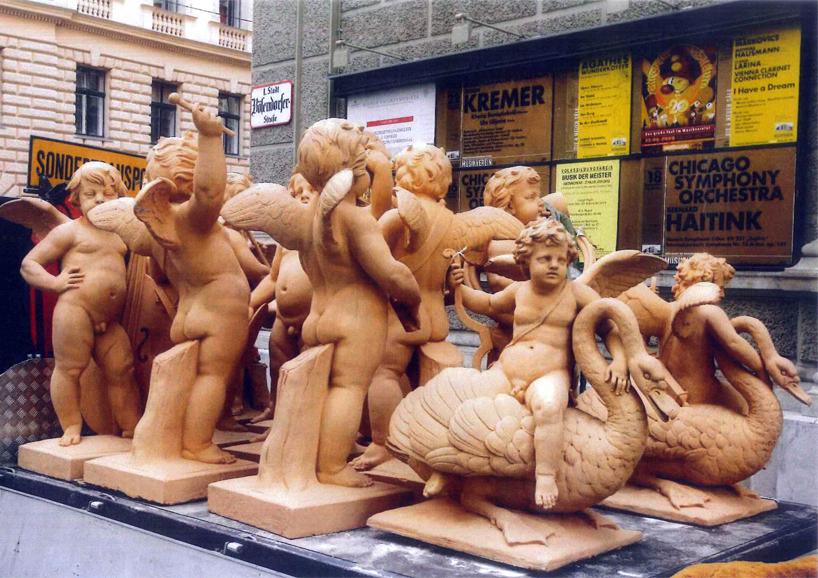 Dreizehn Puttenfiguren auf dem Dach des Wiener Musikvereins